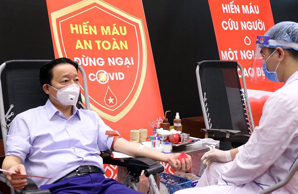 Bộ trưởng Trần Hồng Hà tham gia hiến máu nhân đạo hưởng ứng lời kêu gọi của Tổng Bí thư, Chủ tịch nước Nguyễn Phú Trọng
